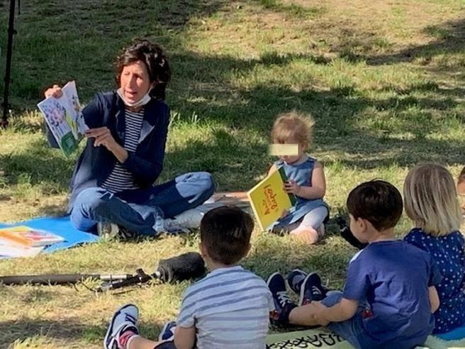 La maestra Francesca bacchettata per le fiabe al parco